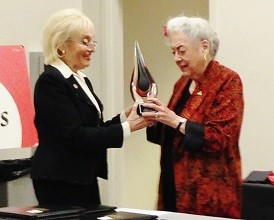 Prof. Naveh presents Bea Winkler with her award.